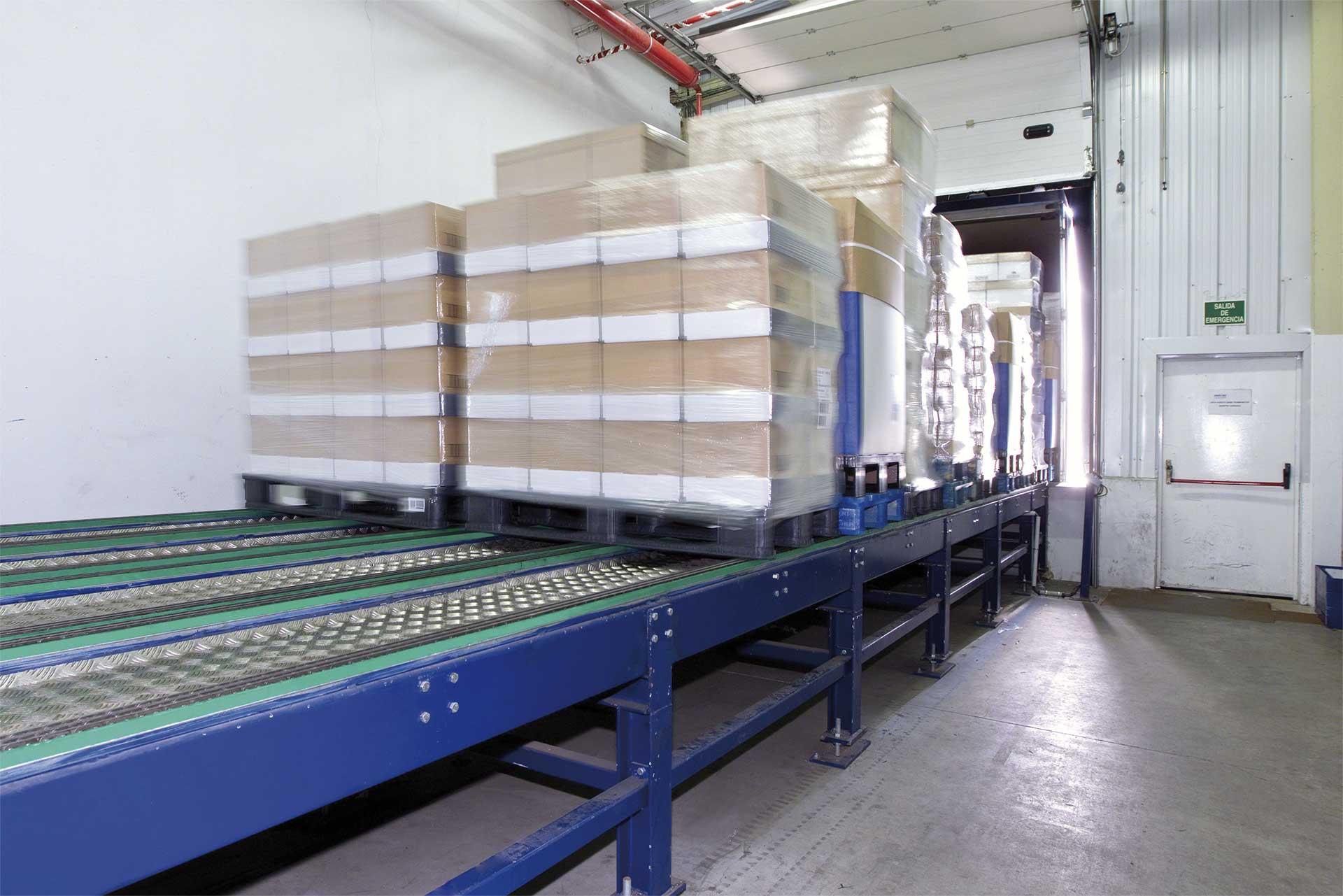 Los sistemas automáticos de carga y descarga de camiones ofrecen agilidad y seguridad en la zona de muelles del depósito.