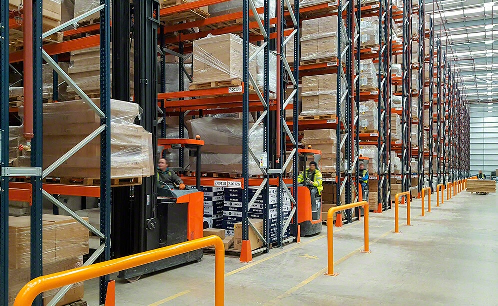Nuevo depósito de Dwell & DFS con racks selectivos para mobiliario y decoración