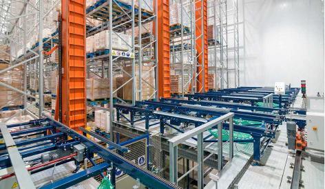 Mecalux ha instalado un depósito automático formado por transelevadores trilaterales y un circuito de transportadores