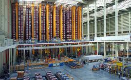 El espacio de almacenamiento está totalmente automatizado con 10 transelevadores bicolumna