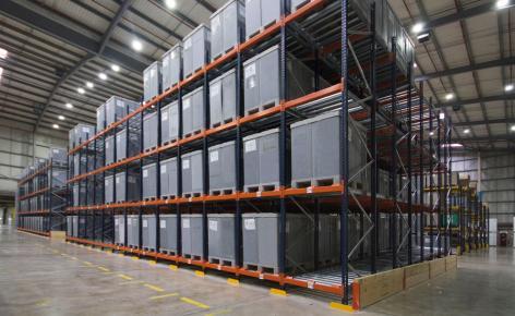 Mecalux suministró dos bloques de racks selectivos donde se depositan los contenedores de plástico con la mercadería