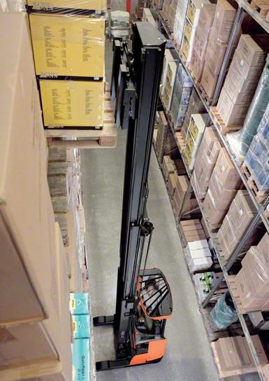 Los autoelevadores retráctiles son los más usados para trabajar dentro de los depósitos
