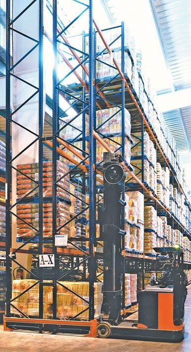 Imagen de un autoelevador retráctil de doble fondo utilizado en un depósito de productos alimentarios de gran consumo.