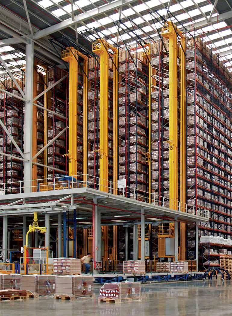 Interior de nave para producción y venta de productos cerámicos para la construcción.