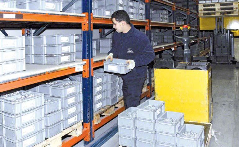 Operario realizando tareas de picking directamente sobre los palets.