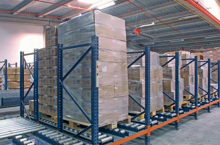 Distribución de pallets sobre transportadores de rodillos.