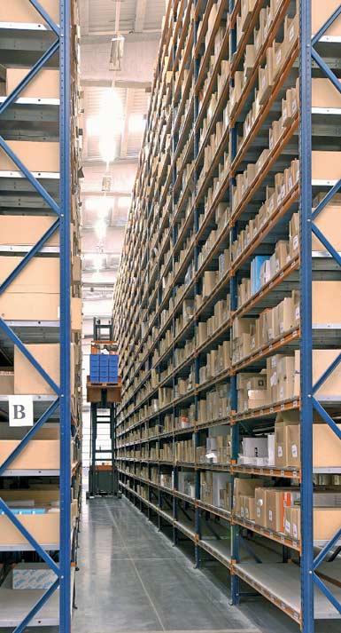 Un ejemplo de almacén con los pasillos estrechos