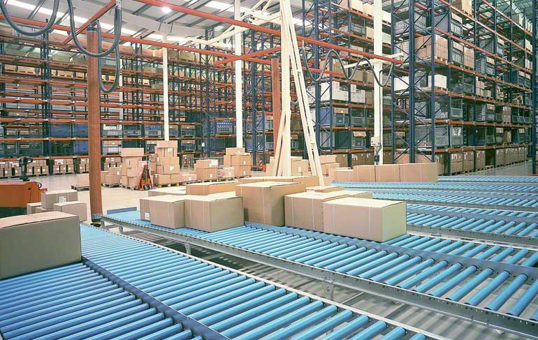 La imagen muestra la zona de preparación de pedidos de un almacén dedicado a la grifería y complementos para el baño.