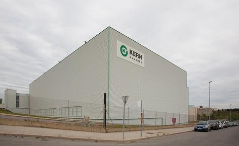 Nuevo depósito para Laboratorio Kern Pharma que combina transelevadores para pallets y para cajas