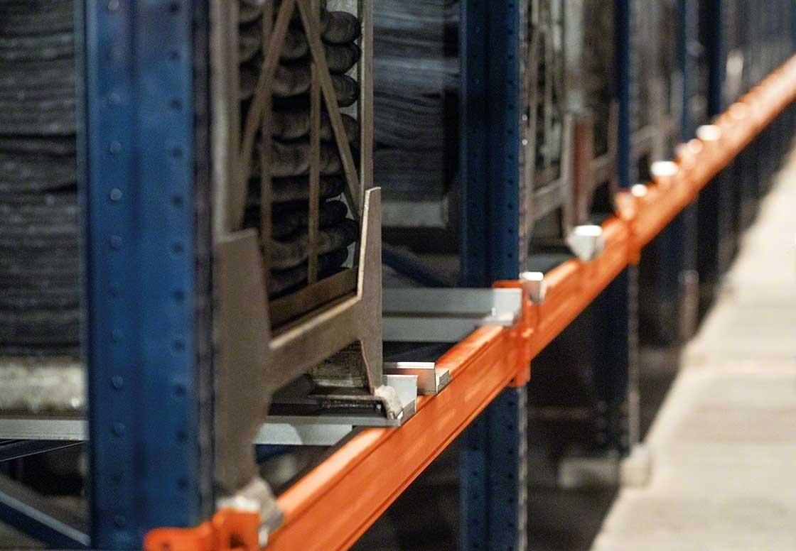 Las estanterías deben adaptarse a los contenedores metálicos que agrupan neumáticos