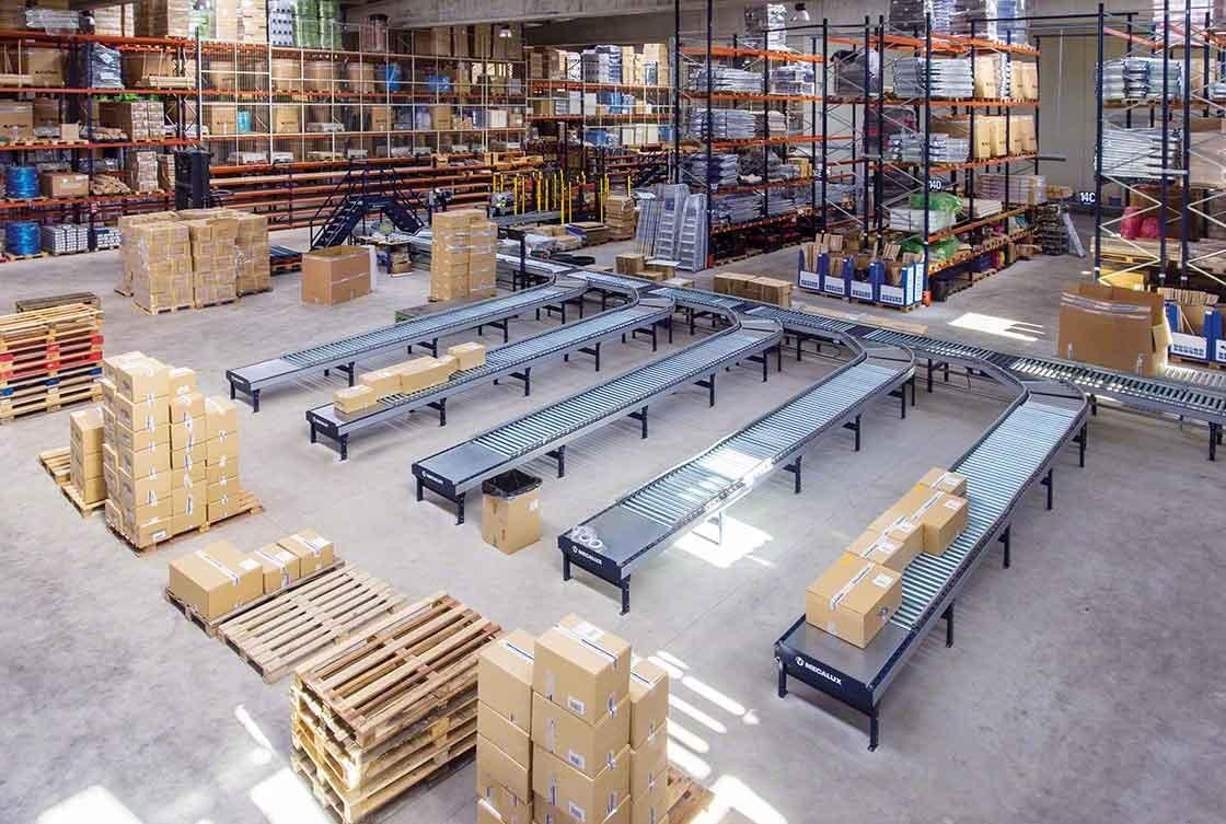 Los circuitos de transportadores reducen los desplazamientos en depósitos de e-commerce