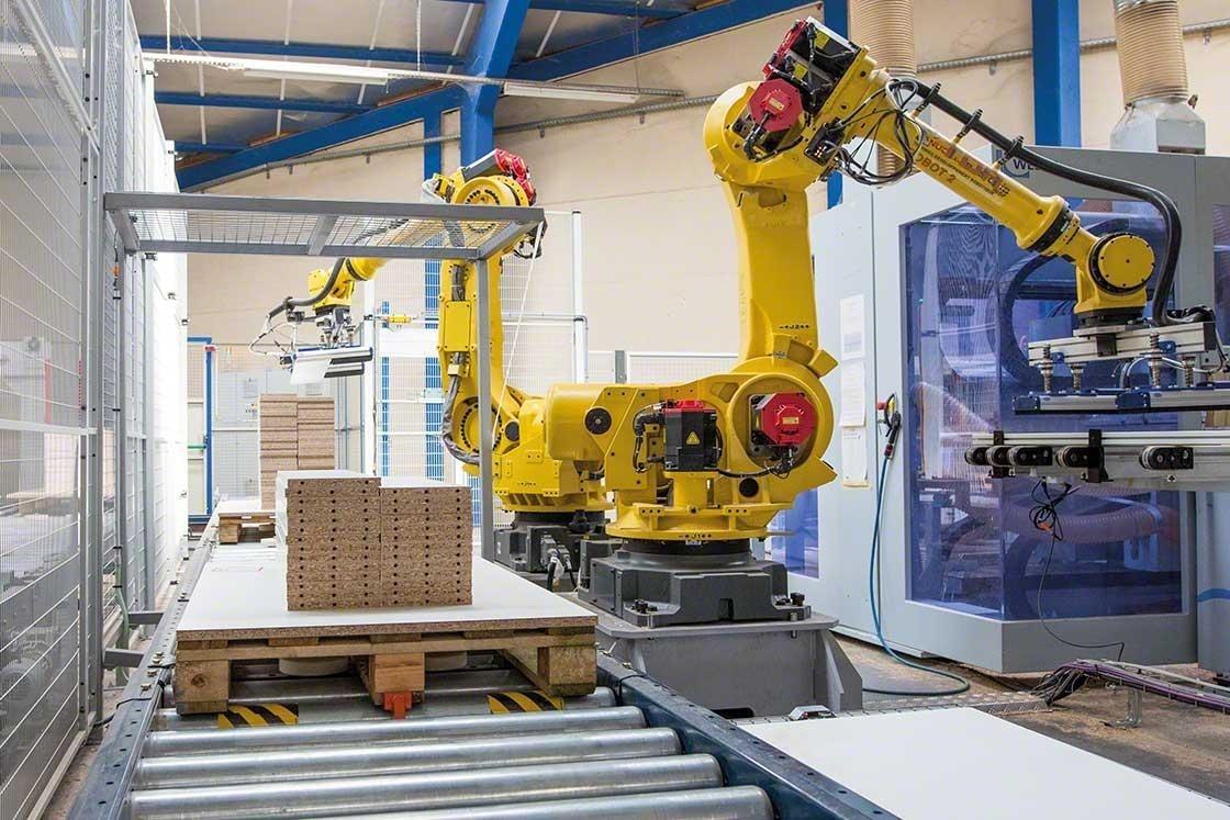Los brazos mecanizados realizan la paletización en un depósito robótico