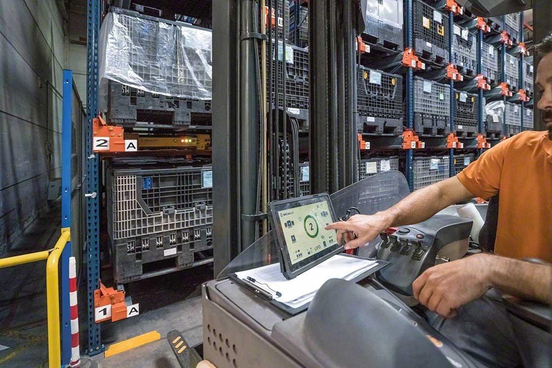 Un operario maneja el Pallet Shuttle desde un elevador con una tablet digital
