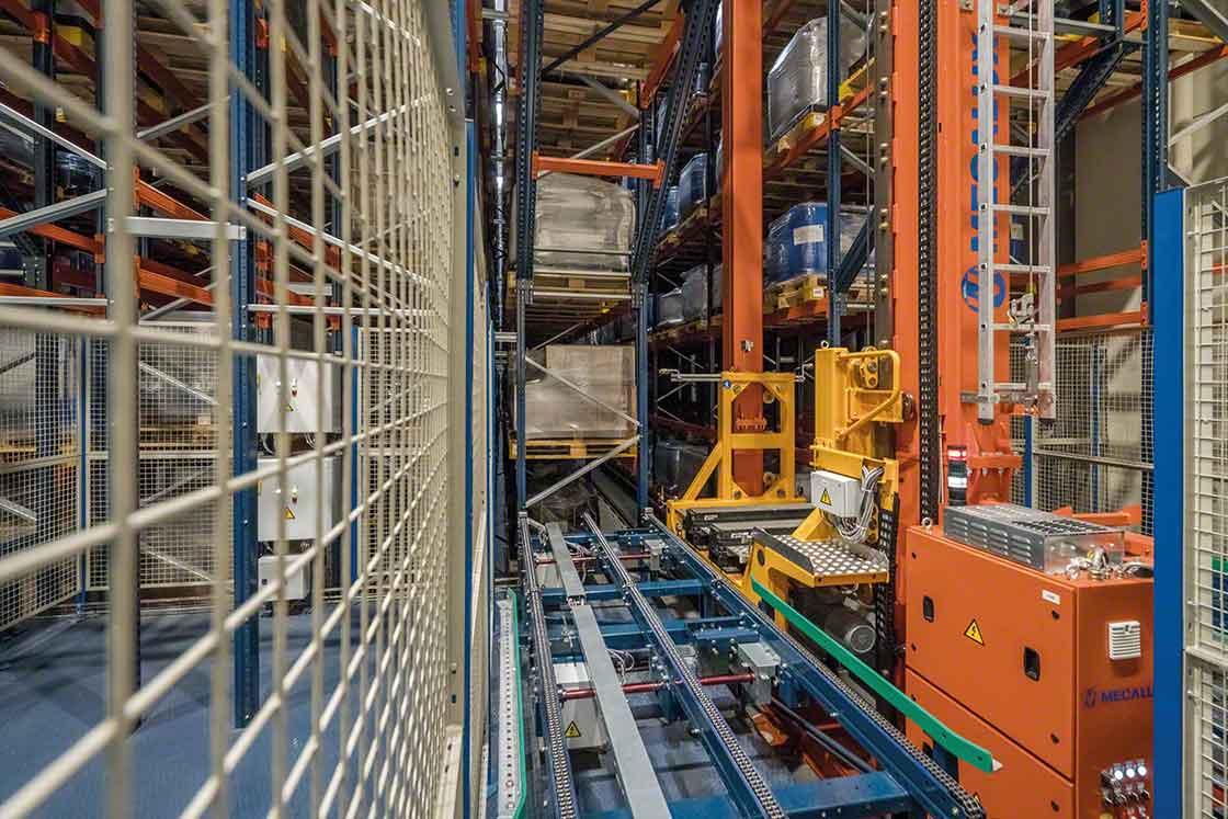 Los transelevadores extraen las cargas de los racks y las transportan automatizando el picking