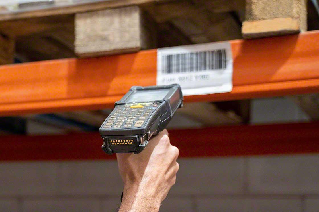 Los terminales de radiofrecuencia son usados para hacer inventarios en el depósito