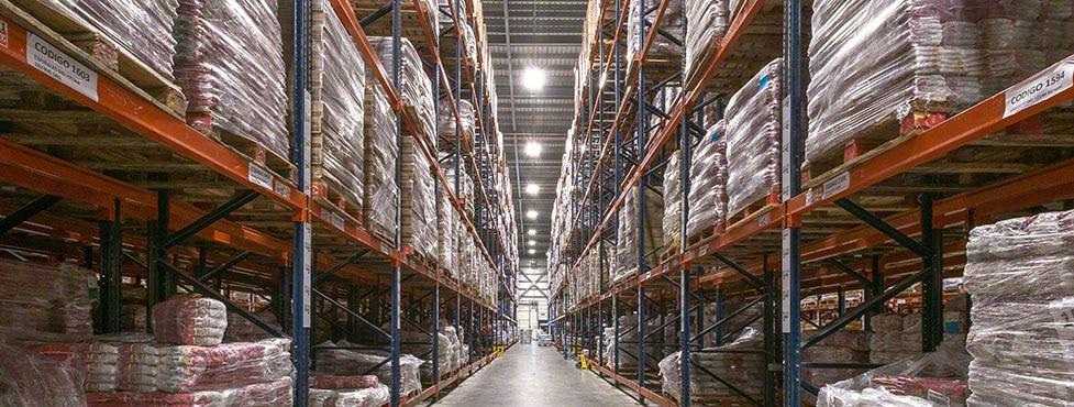 Productos de limpieza y alimentación en el nuevo depósito de César Iglesias