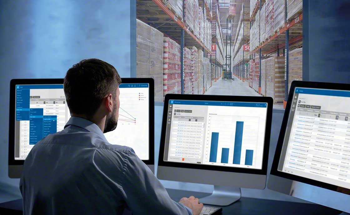 Un operario controla el stock disponible gracias a un WMS preparado como parte de una estrategia de logística omnicanal